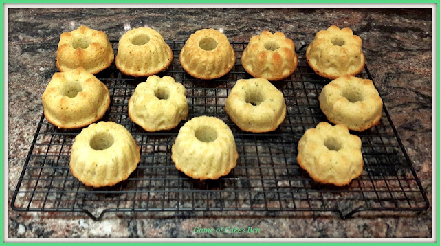 Mini bundt cakes de limón y tomillo recién salidos del horno
