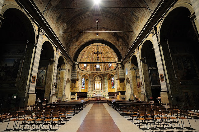 Interior da Basílica Sant'Ambrogio em Milão na Itália
