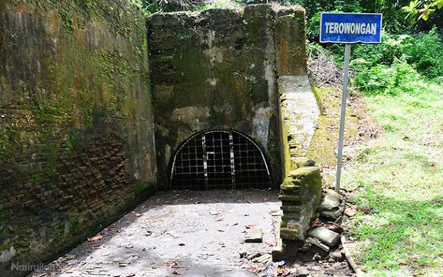 Terowongan yang tertutup oleh besi-besi tebal