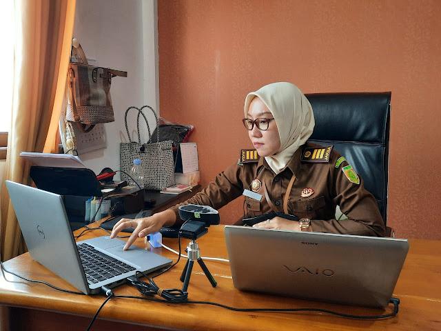Caption: Jaksa fungsional Kejari Nganjuk, Ratrieka Yuliana, mengikuti upacara penutupan Diklat Terpadu SPPA tahun 2021 secara virtual, Kamis (10/6/2021). Foto: Tim Penerangan Kejari Nganjuk