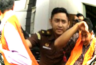 Terjerat OTT Saber Pungli, Mantan Camat dan Sekcam Pungging Ditahan