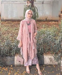 Model kebaya brokat modern hijab warna pink tanah abang