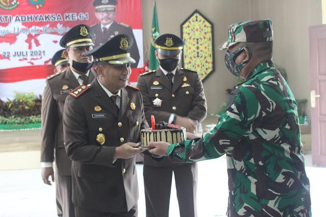 Di Hari Bhakti Adhyaksa ke -61, Dandim 0913/PPU Berikan Kejutan Kepada Kepala Kejaksaan Negeri Penajam Paser Utara