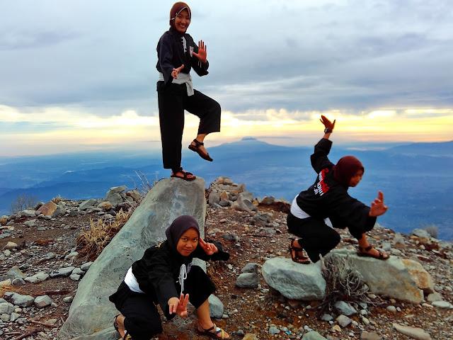 gunung sindoro   psht di puncak sindoro   wonderful indonesia