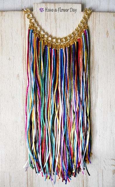 Collar multicolor con flecos · Multicolor fringed necklace