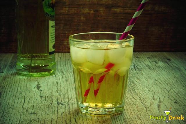 Szarlotka czyli żubrówka i soki jabłkowy drink z żubrówką z trawą wódka żubrówka z czym pić z sokiem jabłkowym i ogórkiem drink żubrówka sprite z sokiem pomarańczowym drinki z sokiem jabłkowym zubrowka bison grass vodka Zubrowka with grass vodka vodka with which to drink with apple juice and cucumber Żubrówka Sprite with Orange Juice Drinks with Apple Juice Zubrowka bison grass vodka