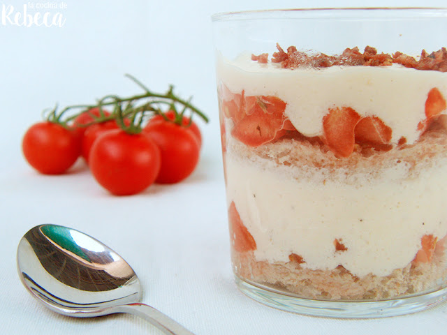 Tiramisú de tomate, queso y polvo de jamón
