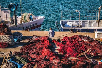 Puerto viejo de Barcelona con barcos y redes para pescar