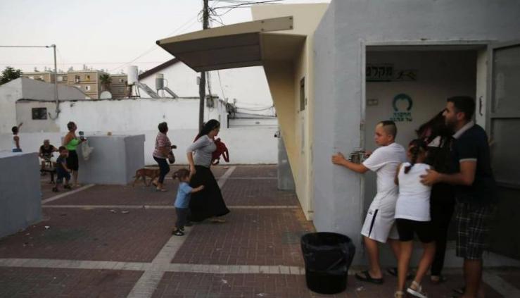 """إسرائيل تغلق مجالها الجوي بشكل عاجل وتفتح الملاجئ والمخابئ.. """"150"""" صاروخاً أطلقوا من غزة"""