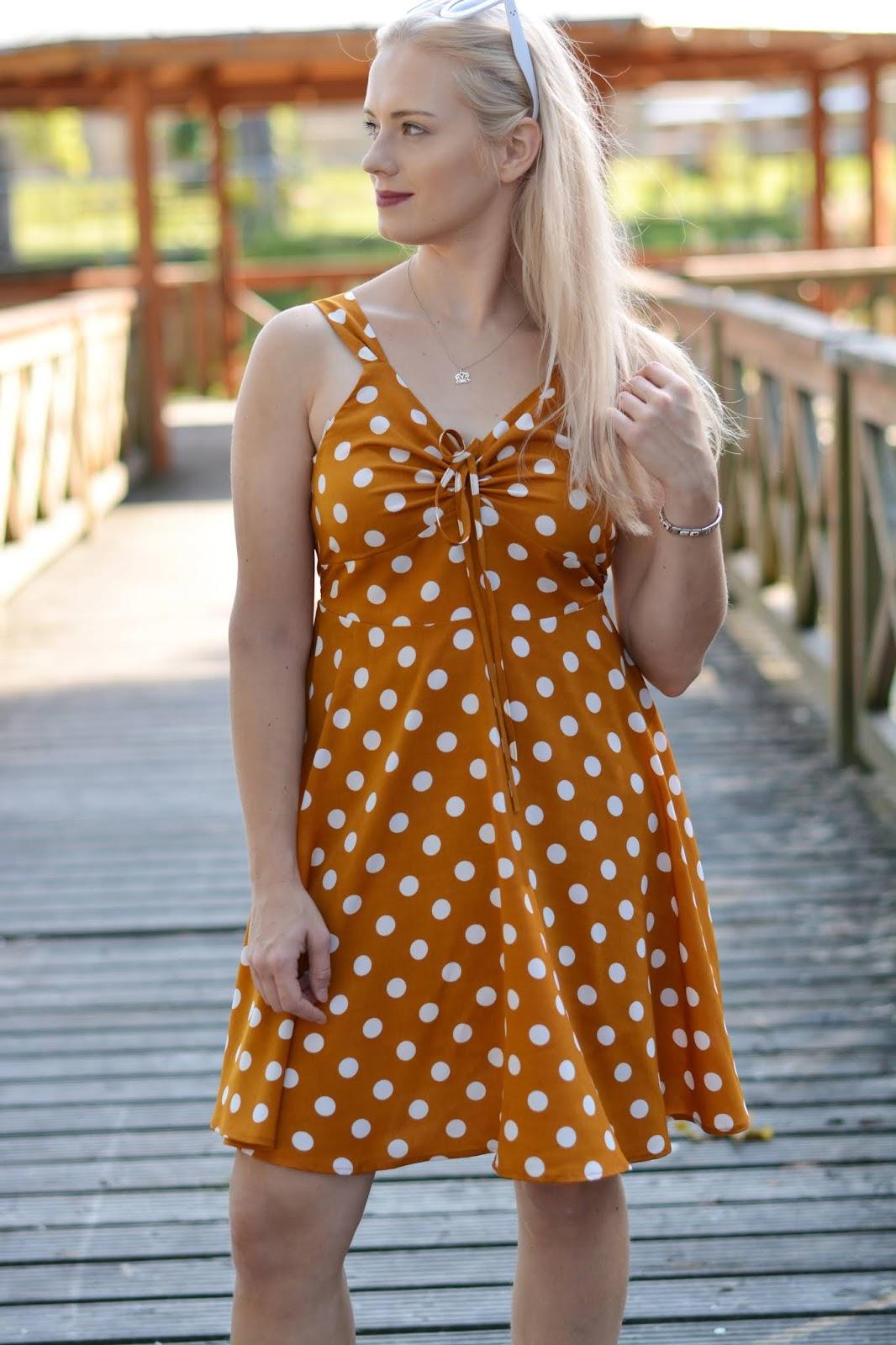 karmelowa-sukienka-grochy.JPG