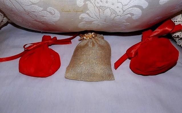 Cuscino con sotto tre pacchetti contenenti cenere, crusca e farina