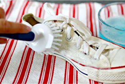 gosok larutan pembersih tadi pada sepatu, fokus pada area yang benar-benar  kotor.