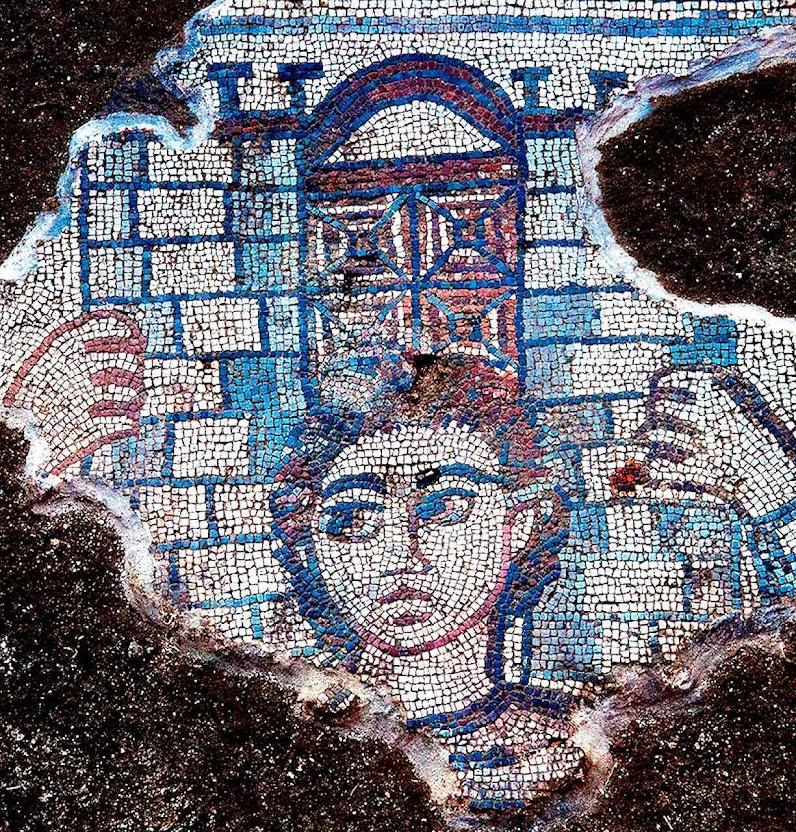 Na ex-sinagoga de Huqoq: mosaico de Sansão derrubando as colunas do templo dos filisteus