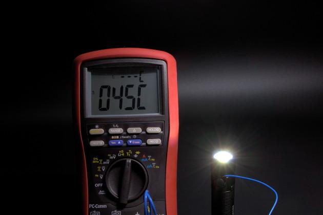 Temperatura przy głowicy po kilkunastu minutach świecenia latarki Olight S2R Baton w trybie Wysokim
