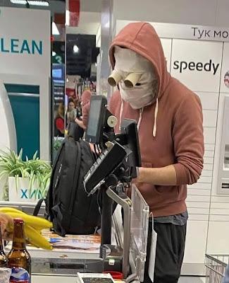 In Corona-Zeiten einkaufen gehen - lustige Leute