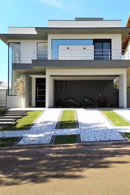 Este sobrado possui 285 m² de área construída num terreno de 390 m²: espaço suficiente para abrigar uma família que quase dobra de tamanho nos fins de semana.
