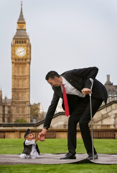 458896218 406x600 Wow!!! At Last Worlds Tallest And Shortest Man Meets (See Photos)