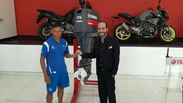"Bukele regala tercer motor de lancha a ""Tin"" Ruiz"