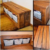 banco largo hecho con palets de madera desarmados