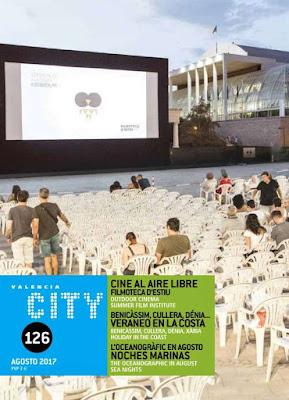Sillas y pantalla de la Filmoteca de Verano de Valencia, con el Palau de la Música al fondo