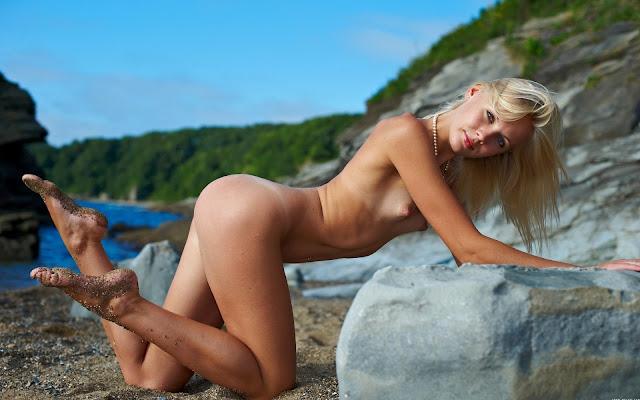 Мокрая, обнаженная, девушка, тело, загар, грудь, соски, попка, ножки, поза, пляж, камни, море, горы