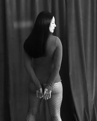 Paolla Oliveira posa sem lingerie e de meia-arrastão