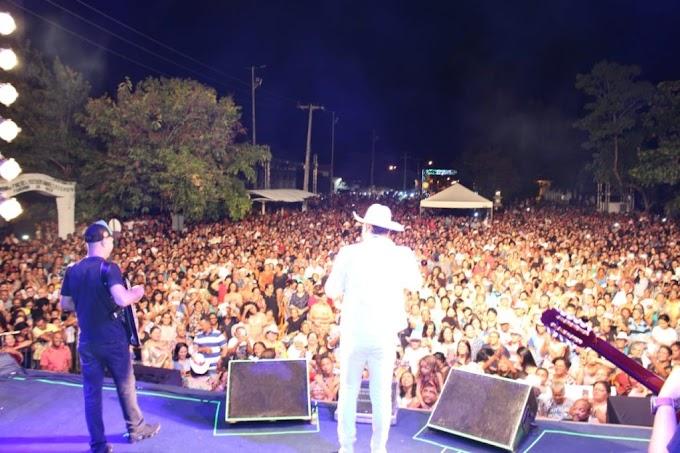 Milhares de caxienses e visitantes acompanham show do Padre Alessandro Campos