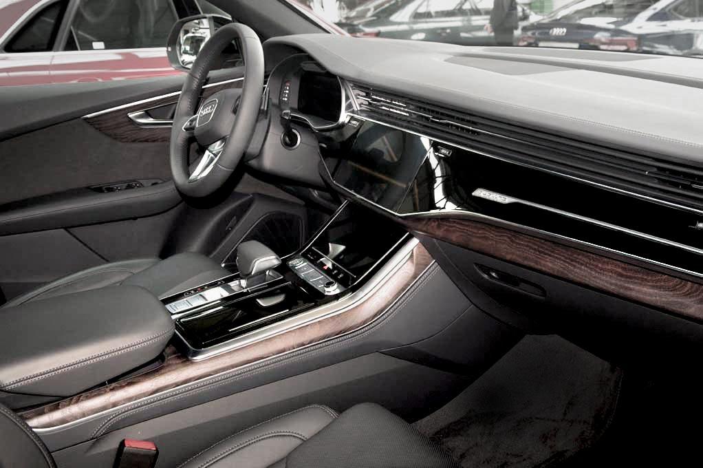 Audi Q8 фото салона спереди