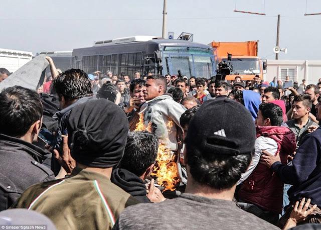 بالصور : لاجئ سوري يحرق نفسة مع الحدود اليونانية