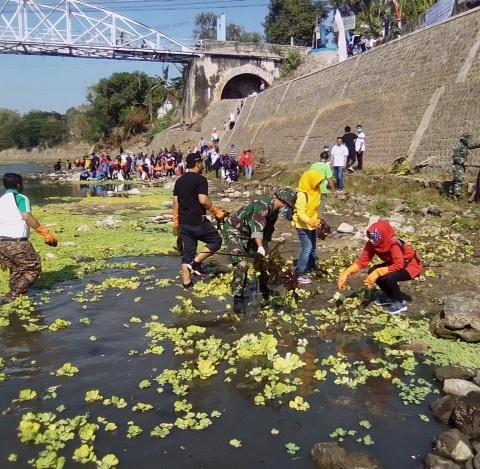 Anggota Kodim 0805/Ngawi Bersama Masyarakat Laksanakan Bersih-bersih Sungai