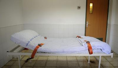 מיטה לקשירת מטופלים במוסד הפסיכיאטרי שער מנשה - צילום: רמי שלוש