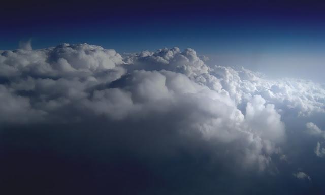 لماذا تتحول السحب إلى اللون الرمادي قبل سقوط الأمطار