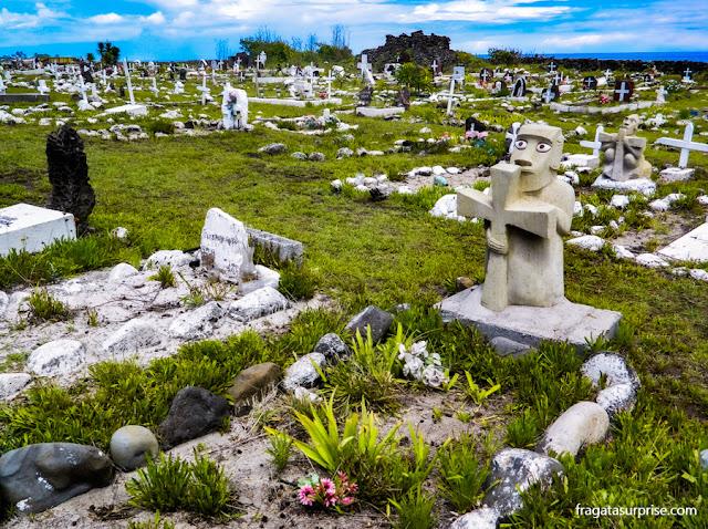 Lápide em forma de moai no cemitério de Hanga Roa, na Ilha de Pàscoa