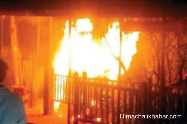 हिमाचल: पुराने डीसी ऑफिस के पास खोखे में लगी भीषण आग