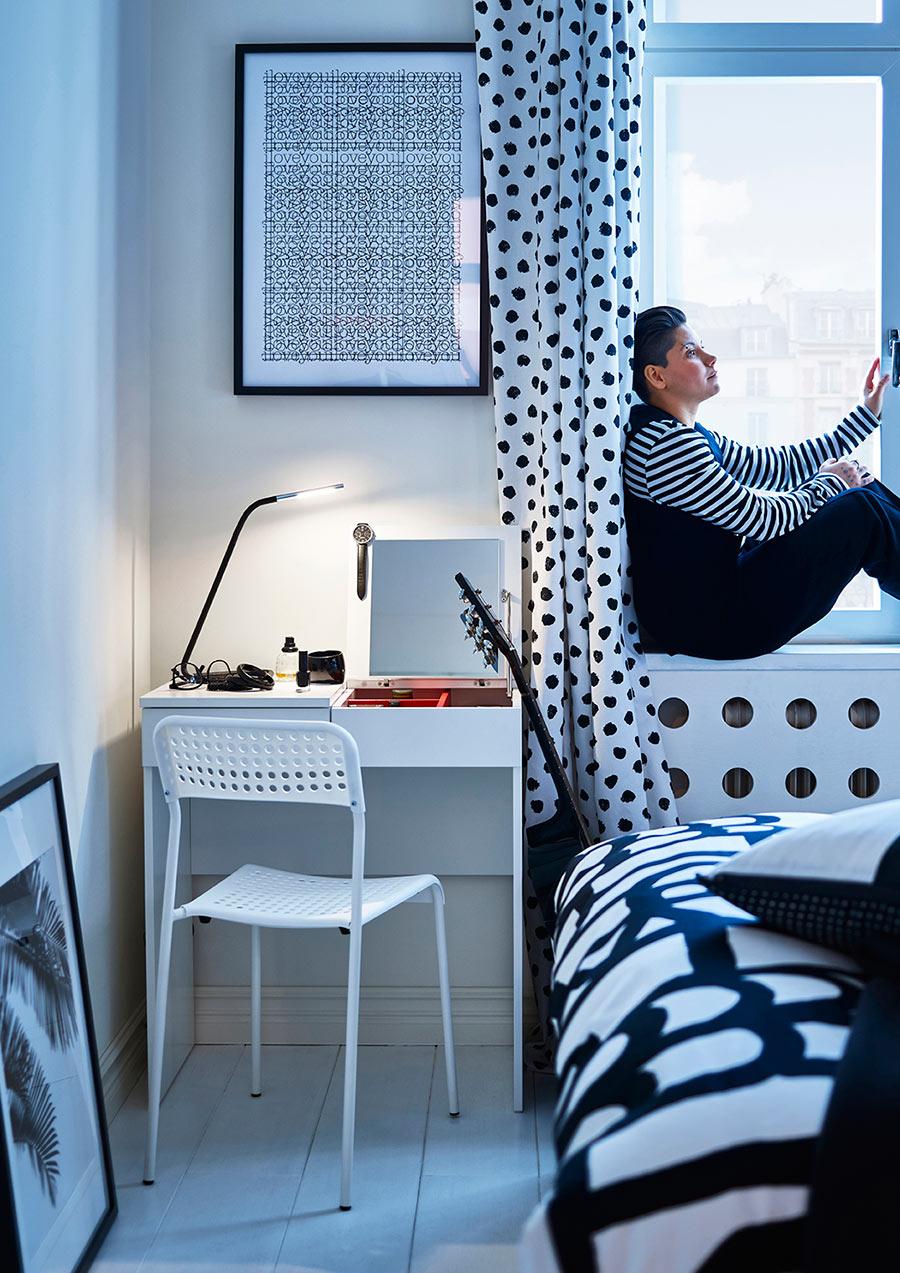 catalogo ikea 2020 dormitorio juvenil mesa de estudio y silla blanca