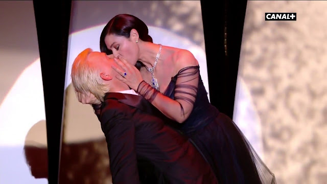 بالفيديو: قبلة مونيكا بيلوتشي الساخنة والجريئة تشعل مهرجان كان السينمائي !
