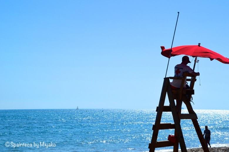 Dénia スペイン 地中海の町デニアの海とパラソルの下のレスキュー隊員