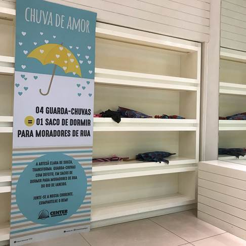 'Loja do Bem' do Center Shopping Rio recebe a campanha social 'Chuva de Amor'. Ação recolherá guarda-chuvas para projeto da artesã Clara de Souza