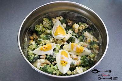 brokuł, dobra sałatka, jajka, kukurydza, orzechy włoskie, sałatka brokułowa, sałatka na imprezę, Sałatka z brokułem i orzechami, sałatka z orzechami, sos czosnkowy, szybka sałatka,