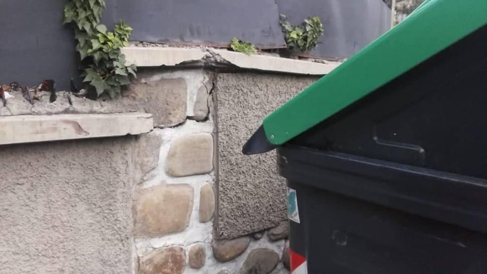 La rajadura de la columna afectó a la puerta de ingreso de la vivienda / FACEBOOK