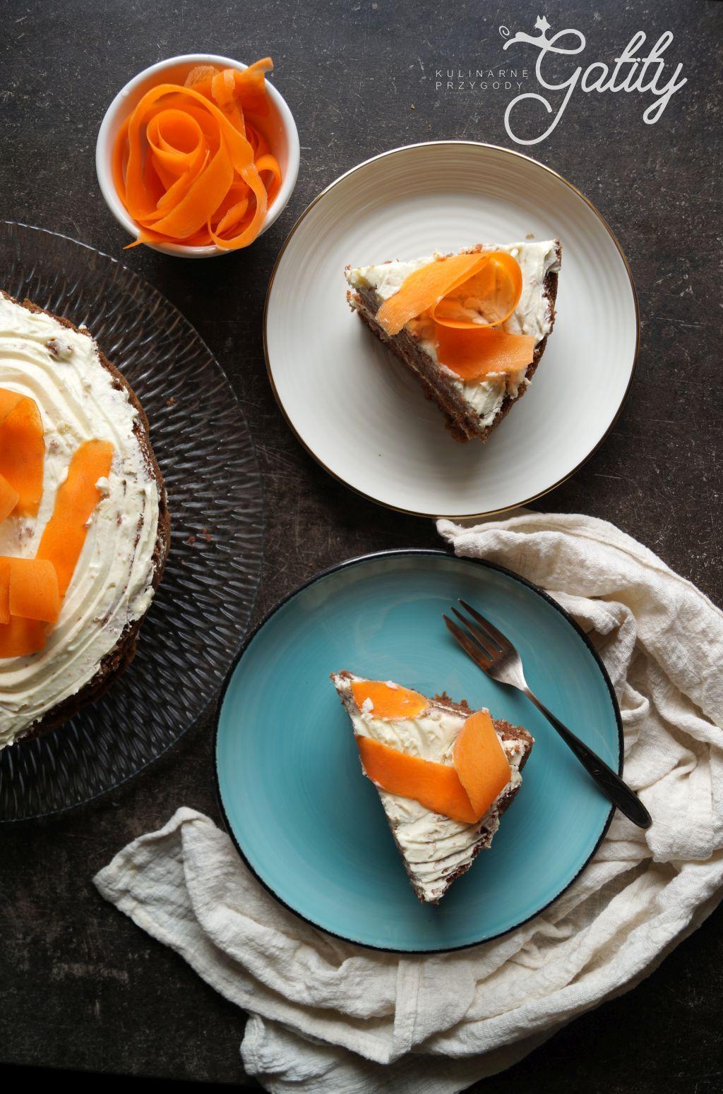 brazowe-ciasto-bialy-krem-marchewka