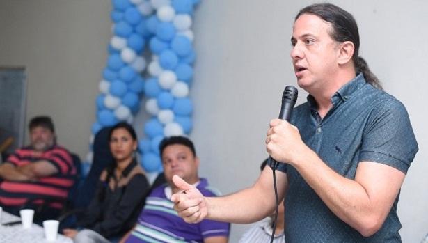 """""""É uma conquista dos professores"""", diz o prefeito Fábio Gentil sobre abono salarial que será pago à classe até o final de janeiro"""