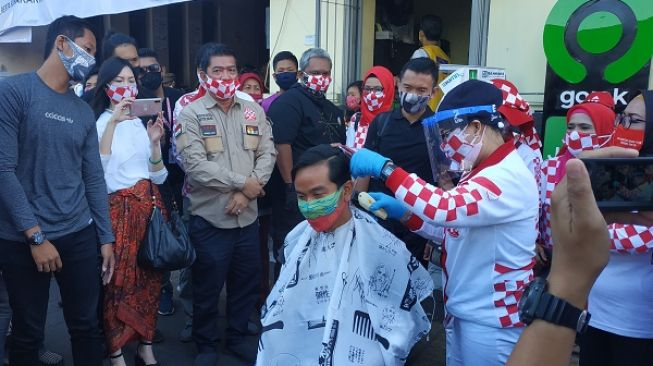 Menuju Kursi Wali Kota Solo, Gibran Cukur Rambut di Pasar Gede