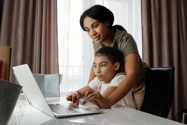 niño y madre estudiando