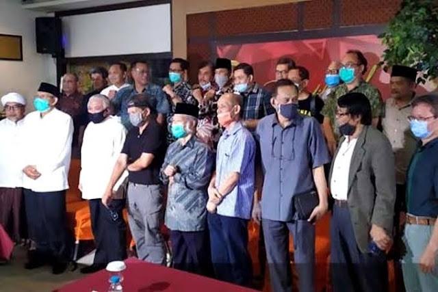 KAMI, Koalisi Aksi Menyelamatkan Indonesia. Banyak yang gerah. Gelisah. Bermunculan reaksi yang sifatnya mengecilkan koalisi oposisi ini. Tapi, rakyat mendukung kehadirannya. Sebab, Koalisi tidak bertujuan untuk menggulingkan pemerintah. Melainkan sebagai wadah untuk menyiapkan langkah-langkah antisipatif untuk menghadapi situasi yang berat.