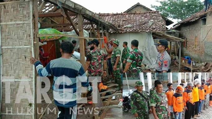 Soliditas TNI, Koramil Dukuhseti Bersama TIM Gabungan Perbaiki Rumah Warga Yang Terdampak Puting Beliung