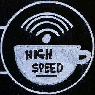 Taza de café humeante simulando una red wifi