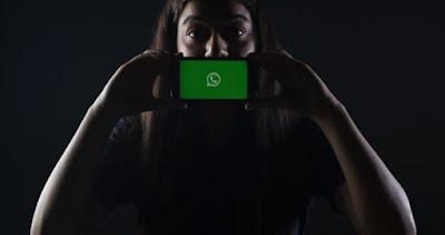 """Virus Baru Ini Menyerang Pengguna WhatsApp - Virus baru mempengaruhi pengguna WhatsApp yang mengunduh versi tidak resmi """"FM WhatsApp."""" Karena WhatsApp adalah salah satu aplikasi yang paling banyak digunakan untuk berkomunikasi di seluruh dunia, sangat menarik bagi penjahat dunia maya karena mudah untuk mencuri informasi melaluinya.  Virus Baru Ini Menyerang Pengguna WhatsApp   Kaspersky, sebuah perusahaan cybersecurity, melaporkan bahwa itu adalah virus yang dikenal sebagai """"Triada"""" yang merupakan bagian dari kelompok malware Trojan. Ini disebut demikian karena seperti trojan horse, malware tampaknya menjadi sesuatu yang sah, tetapi sebenarnya menyebabkan virus menyusup ke perangkat lunak Anda.  Juga, setelah Anda menginstal virus pada perangkat Anda, sangat sulit untuk mengontrol tindakannya dan menghilangkannya. Ini mulai berlangganan layanan tanpa sepengetahuan Anda dan mengumpulkan informasi pribadi.  Negara Meksiko telah menjadi negara yang paling terpengaruh oleh malware ini, dengan 2.474 kasus orang melaporkan secara tidak sengaja mengunduh virus. Inilah sebabnya mengapa perusahaan cybersecurity mendesak pengguna untuk berhenti mengunduh versi tidak resmi dari aplikasi yang beredar di Internet."""