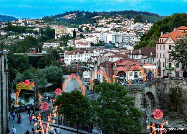 Cidade de Amarante, em Portugal, enfeitada para a festa de São Gonçalo