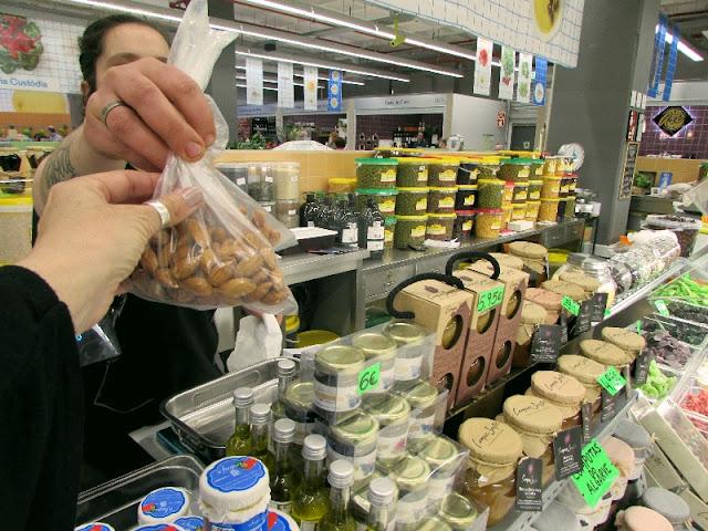 vendedora do Mercado Temporário do Bolhão entregando saco de ameêndoas